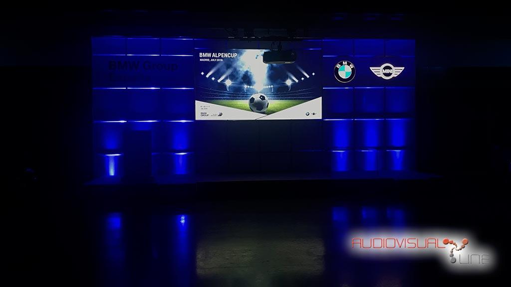 Evento audiovisual para BMW, con iluminación azul y proyección frontal