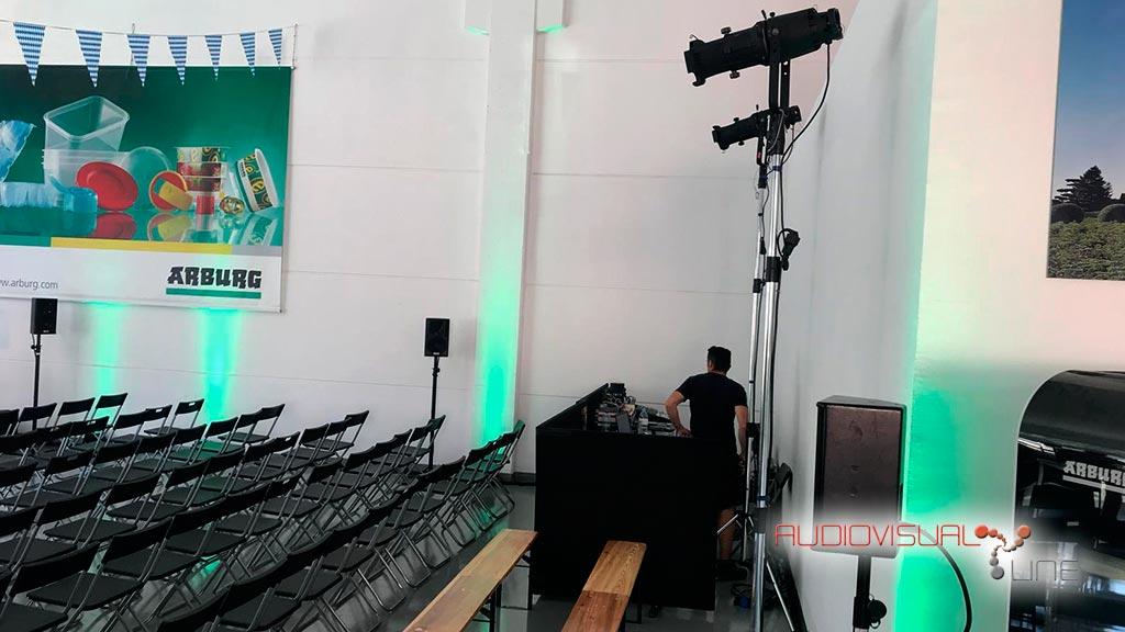 Montaje de pantalla LED y equipos de sonido